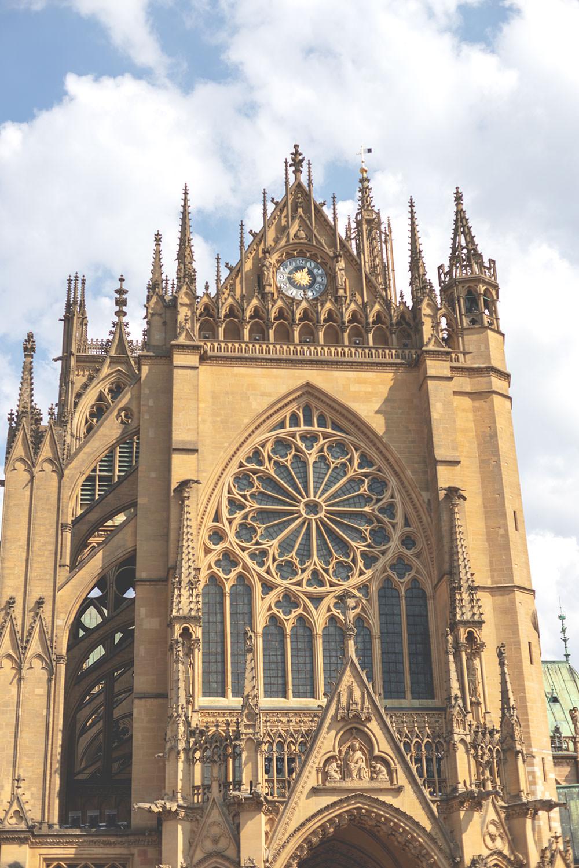 Tagesausflug nach Metz und Rezept für Quiche Lorraine (Lothringer Speckkuchen) | Kathedrale Saint-Étienne in Metz (Stephansdom) | moeyskitchen.com