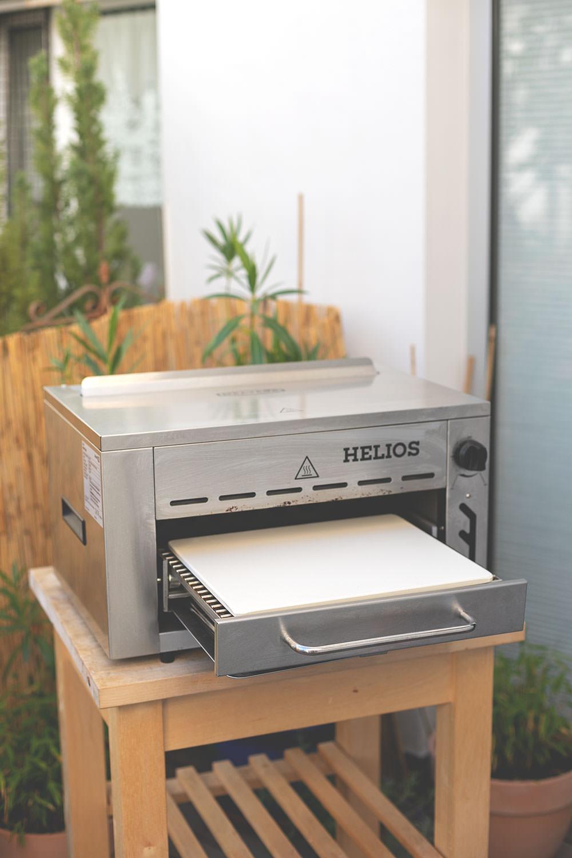 Der Meateor Helios 800 Grad Oberhitzegrill im Test und Rezept für knusprigen Flammkuchen | perfekt für saftige Steaks | moeyskitchen.com #meateorhelios #helios #oberhitzegrill #steak #800grad #flammkuchen #pizzastein #gasgrill #bbq #grillen