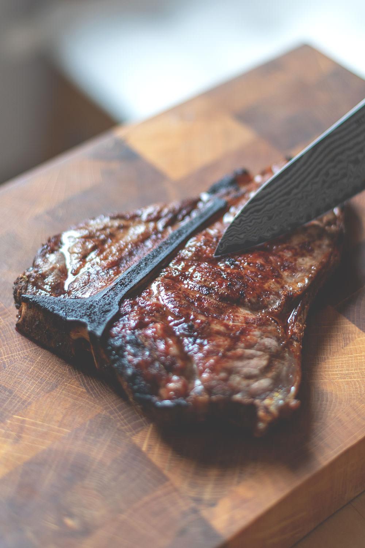 Der Meateor Helios 800 Grad Oberhitzegrill im Test und Rezept für knusprigen Flammkuchen | perfekt für saftige Steaks | moeyskitchen.com #meateorhelios #helios #oberhitzegrill #steak #800grad