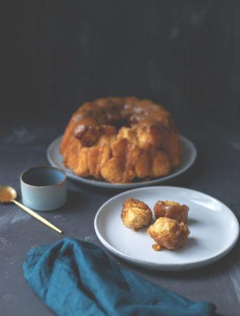 Rezept für Sticky Monkey Bread mit Karamellsauce | leckeres Zupfbrot mit Zucker-Zimt-Kruste | moeyskitchen.com #monkeybread #gugelhupf #zupfbrot #pullapartbread #rezepte #foodblogger #kuchen #backen