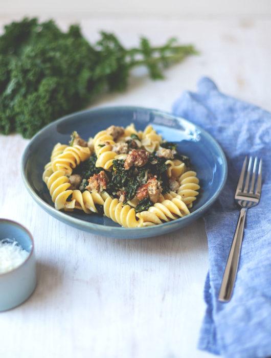 Rezept für Pasta mit frischem Grünkohl, Bratwurst und sahniger Senfsauce | Saisonal schmeckt's besser | moeyskitchen.com #grünkohl #pasta #feierabendküche #schnelleküche #rezepte #foodblogger #foodie