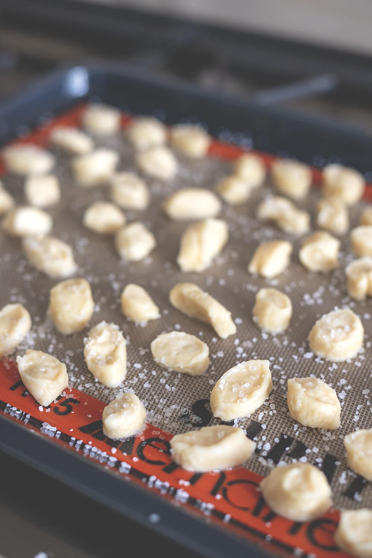 Rezept für Pretzel Bites mit Käsesauce | Laugenkonfekt mit Cheddar-Dip | moeyskitchen.com #pretzelbites #laugenkonfekt #laugengebäck #cheddar #käsesauce #dip #rezepte #foodblogger #foodblog