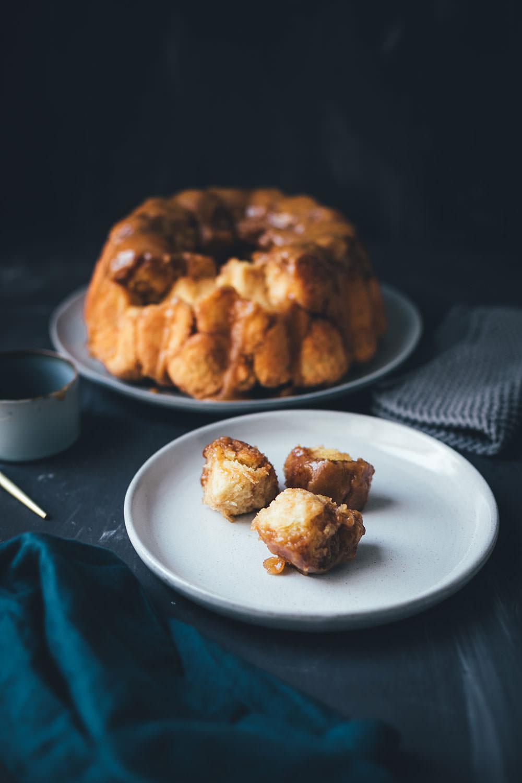 Sticky Monkey Bread mit Karamellsauce