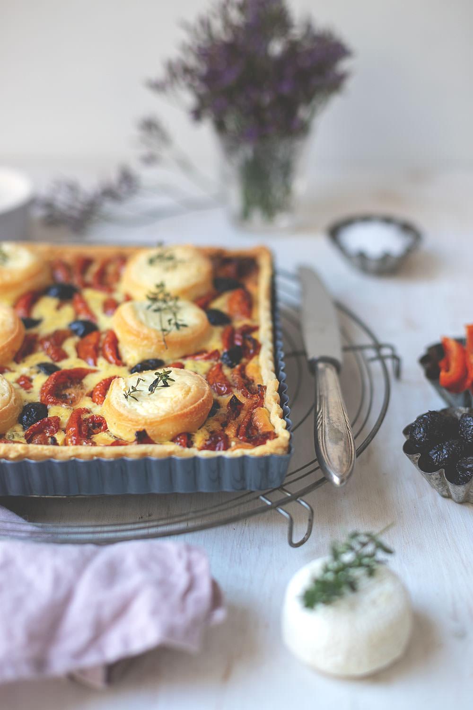 Rezept für französische Tomaten-Tarte mit halbgetrockneten-Tomaten, Ziegenkäse, Oliven und Thymian | moeyskitchen.com #tarte #tomatentarte #francebonappetit #tomatentarte #rezepte #foodblog
