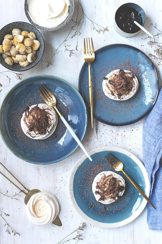 Rezept für kleine Baisers mit Maronencreme und Schokoladensauce | wunderbare Dessertidee, die richtig was her macht, aber super unkompliziert zuzubereiten ist! | (enthält Werbung für das französische Landwirtschaftsministerium) | moeyskitchen.com #baiser #baisers #maronencreme #schokolade #rezept #foodblogger #foodblog