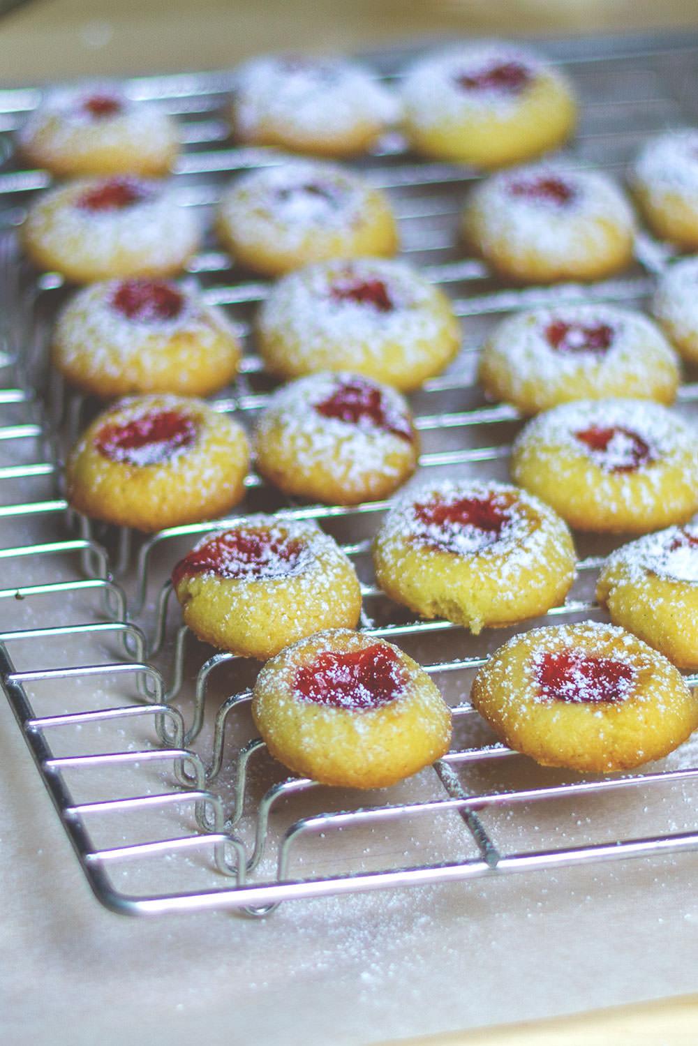 Rezept für klassische Weihnachtsplätzchen: Thumbprint Cookies kennt man auch als Engelsaugen oder Husarenkrapfen | moeyskitchen.com #weihnachtsplätzchen #thumbprintcookies #engelsaugen #husarenkrapfen #weihnachtsbäckerei #weihnachtskekse #foodblogger #rezepte