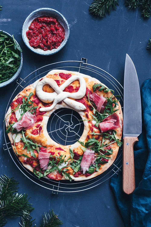 Rezept für festlichen Pizza-Kranz mit Rucola und Serrano-Schinken | moeyskitchen.com #pizza #rezept #weihnachten #rezepte #foodblogger