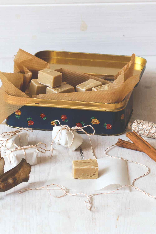 Rezept für Gingerbread Cookie Dough Fudge | Weihnachtsplätzchen als Geschenk aus der Küche | moeyskitchen.com #fudge #cookiedough #weihnachten #weihnachtsplätzchen #lebkuchen #gingerbread #geschenkeausderküche #rezepte #foodblogger