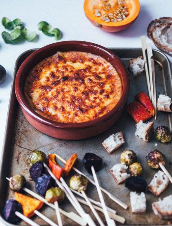 Rezept für leckeres Käsefondue aus dem Ofen mit geröstetem Wintergemüse | Fondue mit Brie, Gruyère und Cheddar - beliebig abzuwandeln! | moeyskitchen.com #käsefondue #ofenfondue #fondue #käse #wintergemüse #gemüse #foodblogger #rezepte