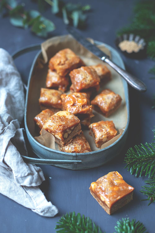 Rezept für Lebkuchen-Karamell-Würfel mit gerösteten Erdnüssen nach Donna Hay | Weihnachtliches Backen für den Plätzchenteller | moeyskitchen.com #weihnachtsplätzchen #lebkuchen #karamell #foodblog #rezepte