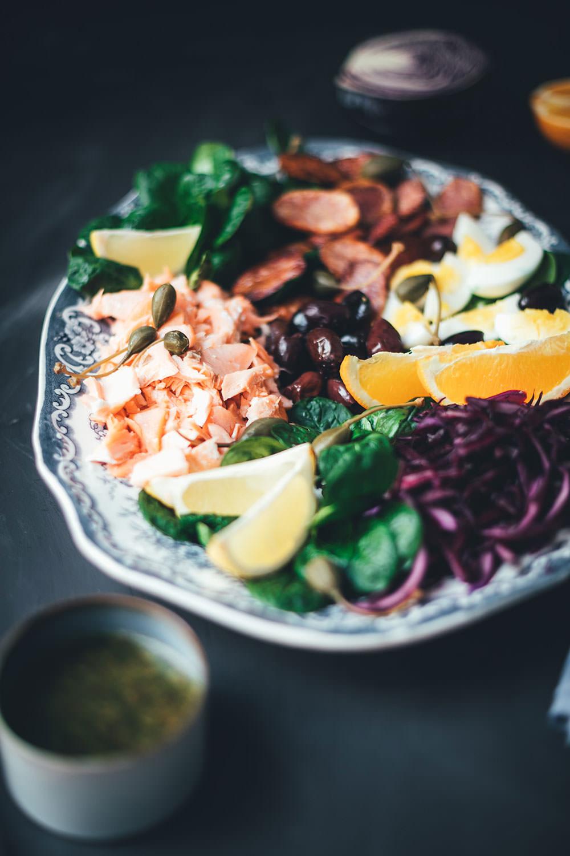 Rezept für winterlichen Salade niçoise (Nizza Salat) mit Pulled Lachs (Werbung) | festliche Salatplatte mit Feldsalat, Rotkohl und vielem mehr | moeyskitchen.com #salat #salatrezept #rezepte #lachs #lachsfilet #foodblogger #nizzasalat #saladenicoise