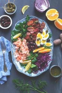 Winterlicher Salade niçoise mit Pulled Lachs
