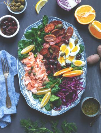 Rezept für winterlichen Salade niçoise mit Pulled Lachs (Werbung) | festliche Salatplatte mit Feldsalat, Rotkohl und vielem mehr | moeyskitchen.com #salat #salatrezept #rezepte #lachs #lachsfilet #foodblogger #nizzasalat #saladenicoise