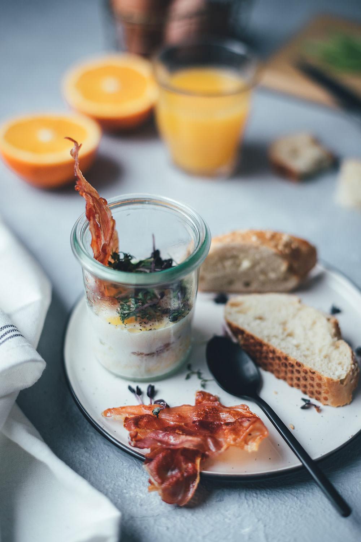 Rezept für Eier im Glas (Oeufs cocotte) zum Sonntagsfrühstück | The Sunday Breakfast Club | moeyskitchen.com #eierimglas #oeufscocotte #oeufsencocotte #sonntagsfrühstück #frühstück #breakfast #frühstücksei
