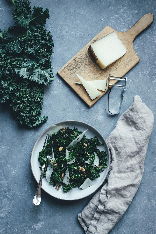 Rezept für knackigen Grünkohl-Salat mit Feigen-Dressing, Manchego und Walnüssen | moeyskitchen.com #grünkohl #kale #salat #wintergemüse #kohl #rezepte #foodblog #foodblogger