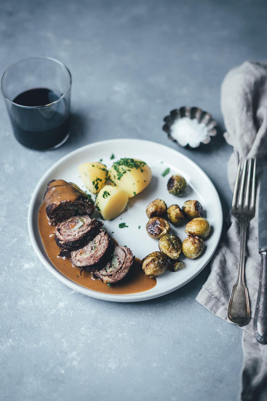 Rezept für klassische Rinderrouladen mit sämiger Rotweinsauce | Schmorgericht aus dem Ofen | moeyskitchen.com #rouladen #rinderrouladen #klassiker #rezepte #foodblogger #hausmannskost