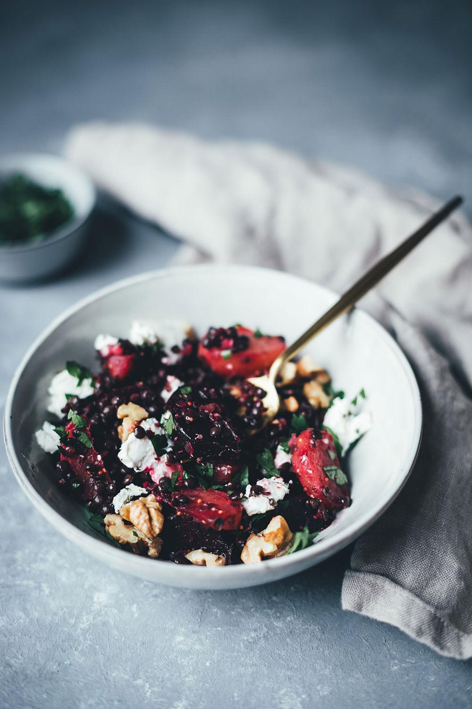 Rezept für winterlichen Bunte-Bete-Linsen-Salat mit gebackener roter und gelber Bete, Walnusskernen, Belugalinsen und Ziegenfrischkäse | moeyskitchen.com #linsensalat #salat #rezepte #foodblog