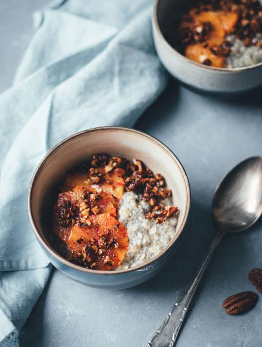 Rezept für cremiges Chia-Porridge mit Pekannuss-Zimt-Crunch und Blutorangen | vegan und lecker | moeyskitchen.com #porridge #chiaporridge #vegan #frühstück #breakfast #chia #haferflocken #hafermilch #pflanzenmilch #foodblogger #foodblog #rezepte #rezept
