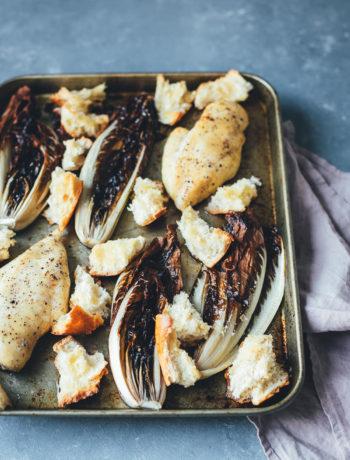 Rezept für winterlichen Radicchio Caesar Chicken Salad mit Casar Dressing, knusprigen Croutons und Parmesanspänen | moeyskitchen.com #caesarsalad #caesarchickensalad #salat #onepan #sheetpan #traybake #vomblech #foodblogger #rezepte
