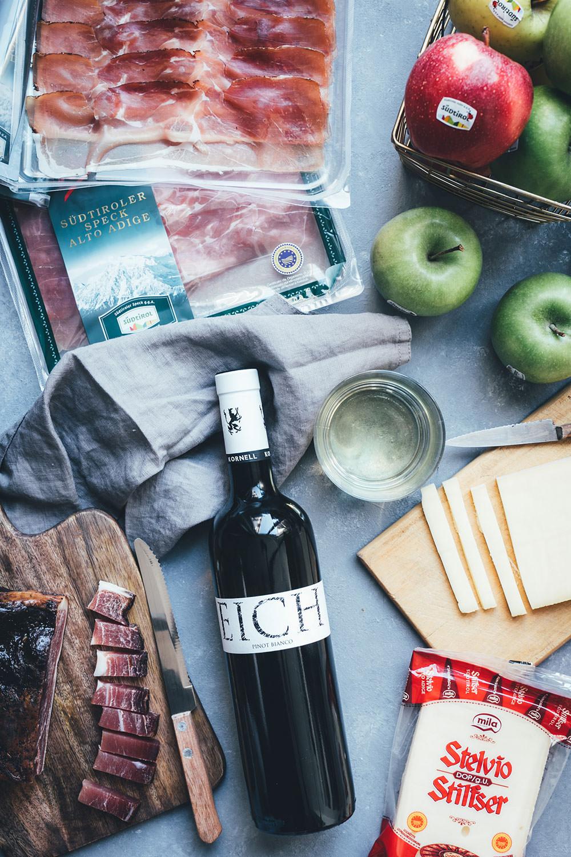 Rezept für Südtiroler Flammkuchen mit Stilfser-Mascarpone-Creme, knusprigem Südtiroler Speck und knackiger grüner Apfel-Vinaigrette | moeyskitchen.com #QualitaetEuropa #EnjoyItsFromEurope #südtirol #soithtyrol #suedtirol #flammkuchen #rezepte