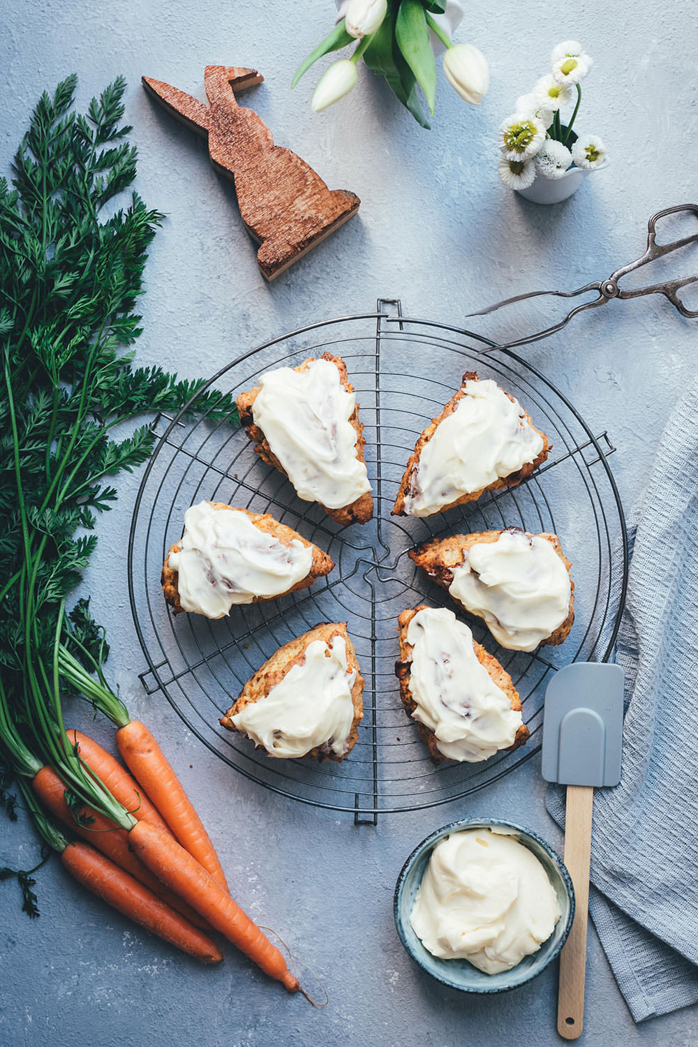Rezept für saftige Carrot Cake Scones mit frischen Möhren, weißer Schokolade, knackigen Walnüssen und einem Frischkäse-Frosting | Food.Blog.Friends Osteredition | moeyskitchen.com #foodblogfriends #carrotcakescones #carrotcake #scones #ostern #osterbrunch #foodblogger #rezepte
