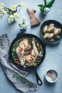 Geschmorte Hähnchenschenkel auf grünem Frühlingsgemüse | Foodblogger-Osterbrunch