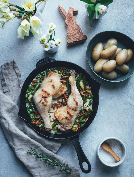 Rezept für geschmorte Hähnchenschenkel mit grünem Frühlingsgemüse, Bacon und Kartoffeln | Foodblogger-Osterbrunch | moeyskitchen.com #foodbloggerosterbrunch #ostern #osterfrühstück #osterbrunch #hähnchenschenkel #schmorgericht #frühlingsgemüse #rezepte #foodblogger