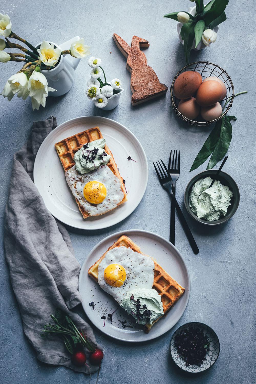 Rezept für herzhafte Kartoffel-Waffeln mit Spiegelei und Bärlauch-Feta-Dip | Foodblogger-Osterbrunch 2019