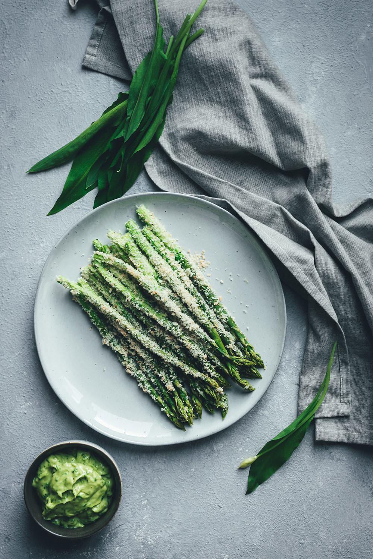 Rezept für grünen Knusper-Spargel mit Panko und Parmesan - mit cremiger Bärlauch-Aioli | moeyskitchen.com #bärlauch #spargel #grünerspargel #aioli #bärlauchaioli #foodblogger #rezepte #frühling