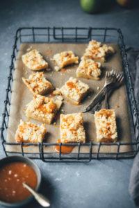 Salted Caramel Apple Pie Streusel Bars – Apfelkuchen mit Streuseln und Salzkaramell-Sauce