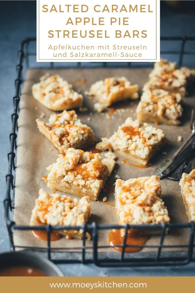 Rezept für Salted Caramel Apple Pie Streusel Bars | saftiger Apfelkuchen mit Streuseln und Salzkaramell-Sauce | moeyskitchen.com #applepie #apfelkuchen #äpfel #kuchen #backen #rezepte #foodblogger