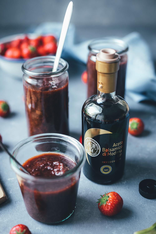 Rezept für Erdbeer-Rhabarber-Konfitüre mit Balsamico | Marmelade mit nur vier Zutaten, weniger Zucker und ganz ohne Geliermittel | schmeckt super auf Brot, im Müsli oder Joghurt, auf Pfannkuchen oder zu Eis | moeyskitchen.com #konfitüre #marmelade #brotaufstrich #erdbeeren #rhabarber #balsamico #acetobalsamico #modena #balsamessig #foodblogger #rezepte