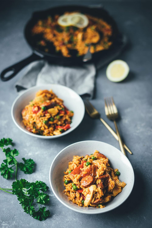 Rezept für One Pan Paella | schnelle Paella mit Hähnchenbrust, Chorizo, Paprika und Erbsen | moeyskitchen.com #onepan #paella #feierabendküche #schnelleküche #reis #reisgericht #onepot #chorizo #foodblogger #rezepte