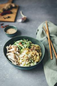 Asia Nudelsalat mit Hähnchen, Gurke und Sesam-Dressing