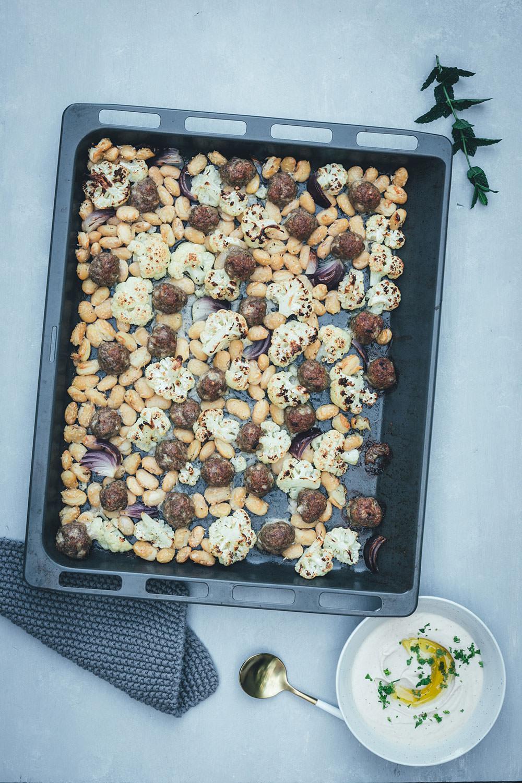 Gerösteter Blumenkohl mit Lammhackbällchen und weißen Riesenbohnen vom Blech | Orientalisches Rezept für die schnelle Feierabendküche | Serviert mit schnellem Weiße Bohnen Hummus | moeyskitchen.com #blumenkohl #lamm #hackbällchen #vomblech #traybake #onepan #hummus #bohnen #dinner #rezepte #foodblogger