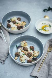 Gerösteter Blumenkohl mit Lammhackbällchen vom Blech und Hummus aus weißen Bohnen
