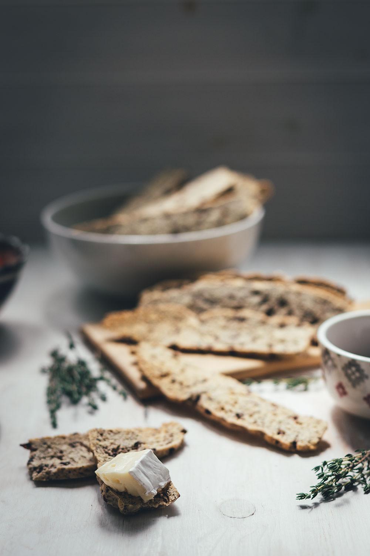 Rezept für herzhafte Biscotti mit Oliven und Thymian | knusprige, doppelt gebackene Cracker | moeyskitchen.com #biscotti #cracker #kekse #herzhaft #snacks #picknick #rezepte #foodblogger #fingerfood