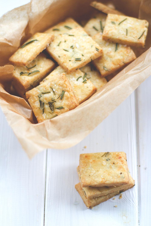 Rezept für herzhaftes Shortbread mit Cheddar und Rosmarin | moeyskitchen.com #shortbread #cheddar #rosmarin #cracker #kekse #herzhaft #rezepte #foodblogger