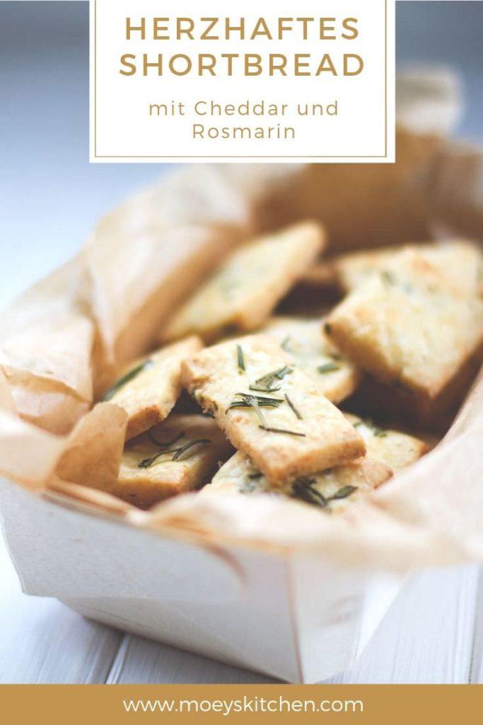 Rezept für herzhaftes Shortbread mit Cheddar und Rosmarin | knusprige Cracker für den Fernsehabend oder für unterwegs | moeyskitchen.com #shortbread #cracker #kekse #herzhaft #cheddar #rosmarin #snacks #foodblogger #rezepte
