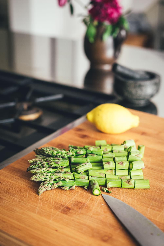 Rezept für frische Pasta mit grünem Spargel, Erbsen und Salbei-Butter | perfekt für die schnelle und vegetarische Feierabend-Küche | moeyskitchen.com #pasta #spargel #grünerspargel #erbsen #salbei #butter #salbeibutter #feierabendküche #schnelleküche #rezepte #foodblogger #spargelrezepte