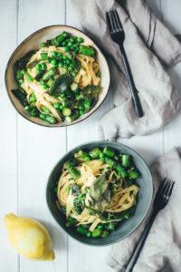Frische Pasta mit grünem Spargel, Erbsen und Salbei-Butter