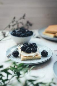 Hot Milk Sponge Cake mit Mascarpone-Creme und Brombeeren