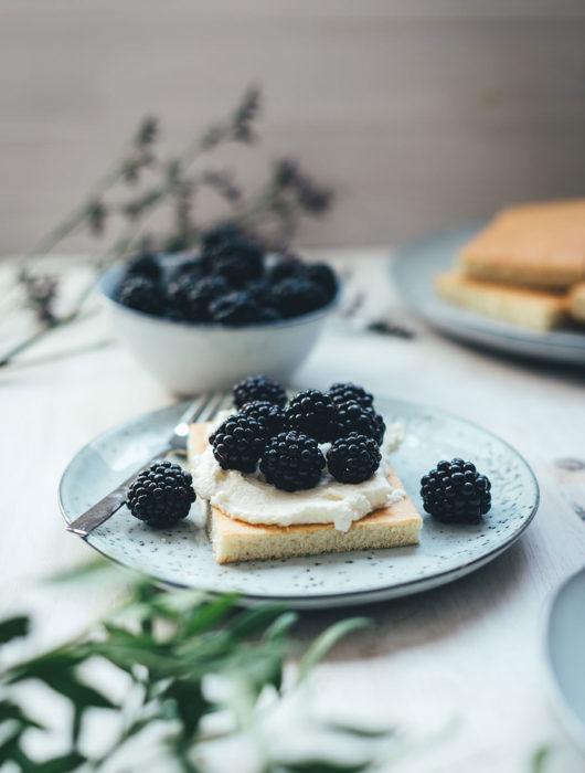 Rezept für Hot Milk Sponge Cake mit Mascarpone-Creme und Brombeeren | Rezept meiner amerikanischen Urgroßmutter für einen fantastischen Kuchen bzw. Tortenboden | moeyskitchen.com #hotmilkspongecake #spongecake #kuchen #torte #kuchenboden #familienrezept #brombeeren #mascarpone #backen #kuchenbacken #rezepte #foodblogger