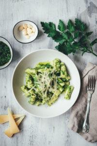 Frische Rigatoni und spanisches Pesto mit Petersilie, Mandeln und Manchego