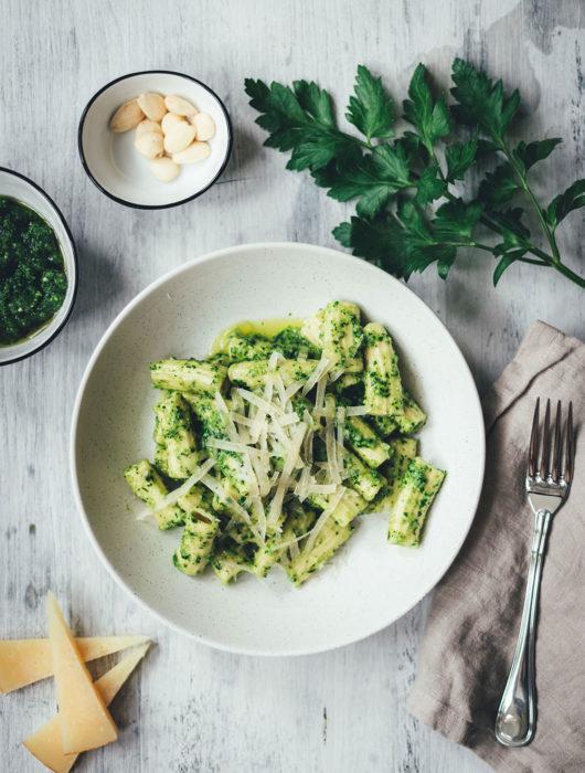 Rezept für frische Rigatoni und spanisches Pesto mit Petersilie, Mandeln und Manchego | leckere Pasta mit frisch gemachten Nudeln und würzigem Pesto | moeyskitchen.com #rezepte #foodblogger #pasta #nudeln #pesto #homemade #manchego #spanisch #kochen #sauce #pastasauce #nudelsauce