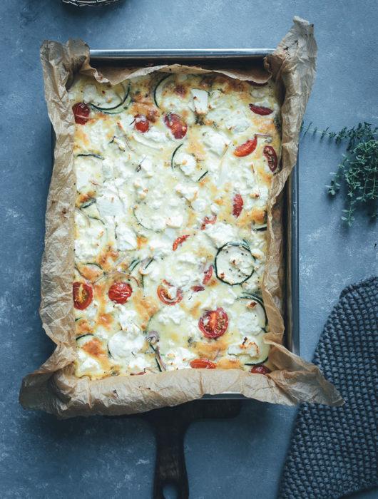 Rezept für Sommer-Frittata mit Zucchini, Tomaten und Feta | perfekt für die schnelle Feierabendküche im Sommer | moeyskitchen.com #frittata #omelette #quiche #sommerrezept #rezept #kochen #lowcarb #lunch #dinner #mealprep