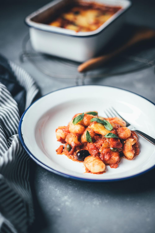 Rezept für überbackene Gnocchi alla puttanesca | Der Pasta-Klassiker mit Gnocchi neu interpretiert und im Ofen mit Mozzarella überbacken | moeyskitchen.com #gnocchi #allaputtanesca #mozzarella #italienischkochen #italienischeküche #rezepte #foodblogger