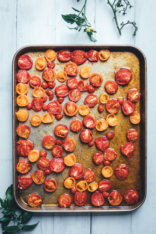 Rezept für Sommer-Pasta mit geschmorten Tomaten, Rucola und Burrata | moeyskitchen.com #kochen #rezepte #foodblogger #pasta #tomaten #sommer #spaghetti #rucola #burrata #feierabendküche #schnelleküche #schnellerezepte #veggie #vegetarischerezepte #vegetarisch
