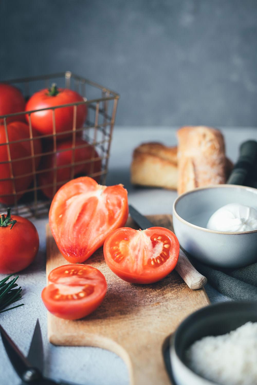 Rezept für kalte Tomatensuppe im Stil einer spanischen Salmorejo, einer Abwandlung der klassischen Gazpacho | serviert mit Burrata, gerösteten gemahlenen Mandeln und Serranoschinken-Chips | moeyskitchen.com #rezepte #foodblogger #tomaten #burrata #gazpacho #salmorejo #gazpacho #gaspacho #serranoschinken #mandeln