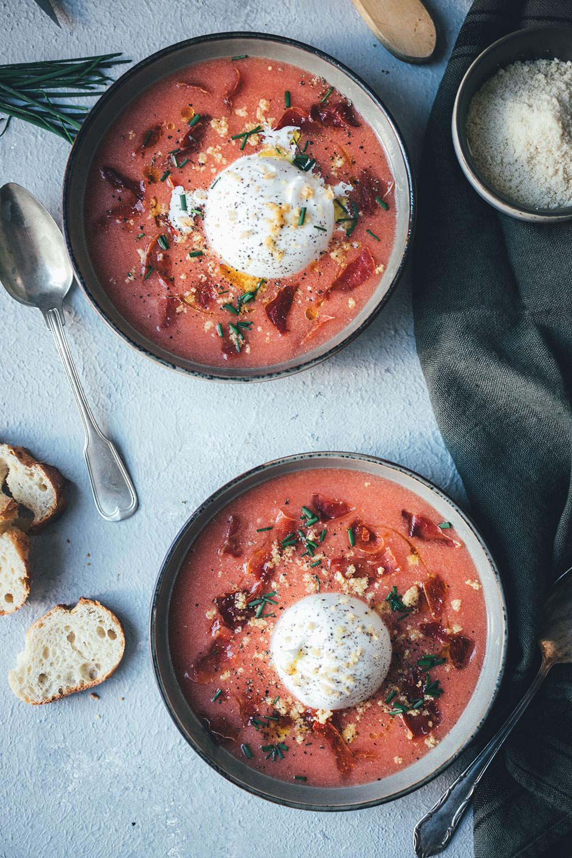 Kalte Tomatensuppe Salmorejo Style mit Burrata, Mandeln und Serranoschinken